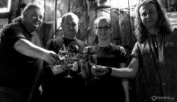 HAZAI-MUTATÓ: Evelin hegedűje meg a gitárok