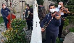 VIDEÓ: Így húzza karantén esetén a Cseh Tamás Band - KaranTényállás a kertekből
