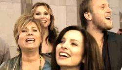 VIDEÓ: Tíz éve így énekeltek együtt a magyar művészek – Az összefogás dala (+SZÖVEG)
