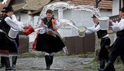 HAGYOMÁNYAINKRÓL: Húsvéti locsolkodás, tojásfestés