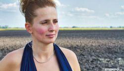 Nem vagyok az a lány – Fekete Szilvia Szisza koktélruhában a szántóföldön
