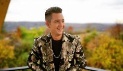 KLIPPREMIER: Delhusa Gjonnal készített új dalt Peter Srámek - Madarak szállnak