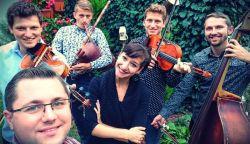 SZAVAZZUNK! A Pósfa zenekar és Csiba Júlia a Fölszállott a páva színpadán