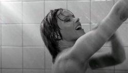VIDEÓ: Hatvan magyar színésznő a Psycho zuhanyjelentében (16+)