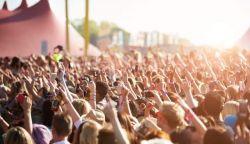 Mától jöhetnek a nagyobb rendezvények – de csak korlátozásokkal