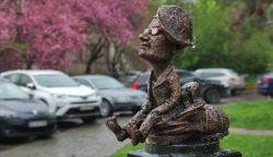 """Miniszobrot avattak Bódi László """"Cipő"""" tiszteletére szülővárosában"""