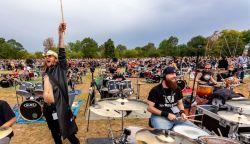 VIDEÓ: Több mint ötszáz zenész játssza a Depeche Mode slágerét
