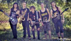 HAZAI-MUTATÓ: Két középsuli rockerei – Hangosan szól a komáromi Entrópia!